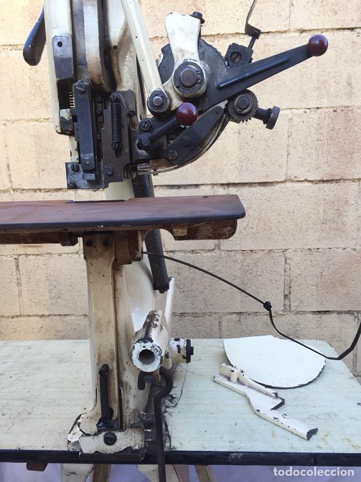 Vintage: Fundición Tipográfica NEUFVILLE. Grapadora encuadernadora de imprenta sobre mesa de hierro fundido - Foto 18 - 146579626