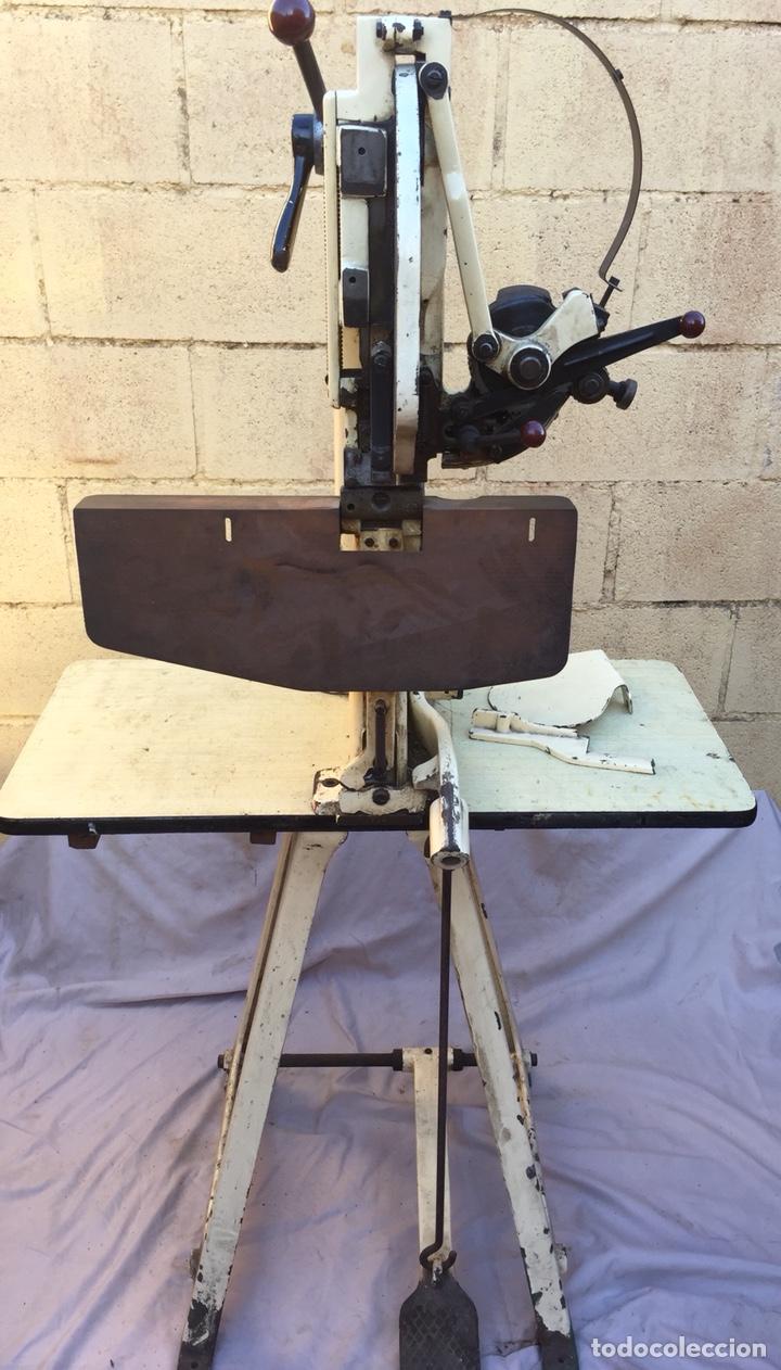 Vintage: Fundición Tipográfica NEUFVILLE. Grapadora encuadernadora de imprenta sobre mesa de hierro fundido - Foto 9 - 146579626