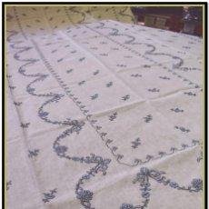 Vintage: MANTEL PARA MESA DE TRES METROS CON BELLOS BORDADOS MEDIDA 360X180 CM CON 12 SERVILLETAS. Lote 153891746