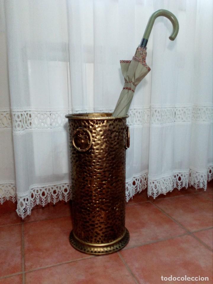 PARAGÜERO BASTONERO VINTAGE CHAPA METAL TROQUELADO COLOR DORADO (Vintage - Decoración - Varios)