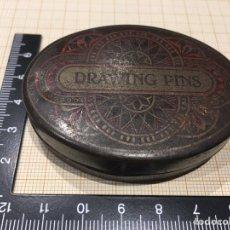 Vintage: CAJA PLUMILLAS DRAWING PINS ANTIGUA DE METAL. Lote 157204466