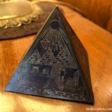 Vintage: BONITO Y DECORATIVO PISAPAPELES , CON ESCENAS EGIPCIAS REALIZADAS A MANO. Lote 158931286