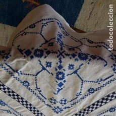 Vintage: LOTE DE 2 MANTELITOS CUADRADOS BORDADOS A PUNTO DE CRUZ. Lote 159759862