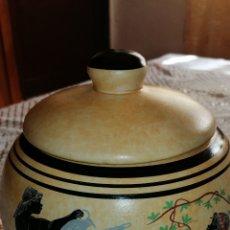 Vintage: ANTIGUO RECIPIENTE CON DIBUJOS EN SU RELIEVE. Lote 159764565