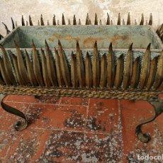 Vintage: MACETERO JARDINERA HIERRO DORADO ESTILO SOL...HOJAS...AÑOS 60 CON MACETA TERRACOTA DECORADA REF-1AC. Lote 160406846