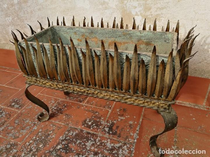 Vintage: MACETERO JARDINERA HIERRO DORADO ESTILO SOL...HOJAS...AÑOS 60 CON MACETA TERRACOTA DECORADA REF-1AC - Foto 18 - 160406846