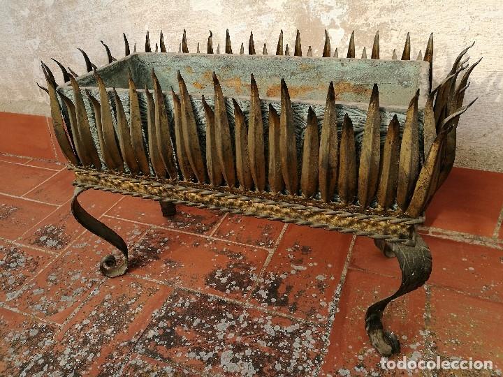 Vintage: MACETERO JARDINERA HIERRO DORADO ESTILO SOL...HOJAS...AÑOS 60 CON MACETA TERRACOTA DECORADA REF-1AC - Foto 21 - 160406846