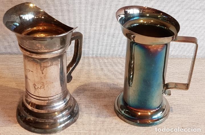 PAREJA DE JARRITAS DE MEDIDA EN LATÓN PLATEADO/ DE 9 Y 10 CM DE ALTO / EN BUEN ESTADO. (Vintage - Varios)