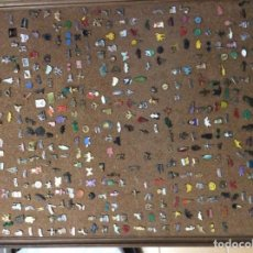 Vintage: COLECCIÓN PINS CON CUADRO DE CORCHO. CON MUCHOS PINS. SALDO. INSIGNIAS. Lote 165890486
