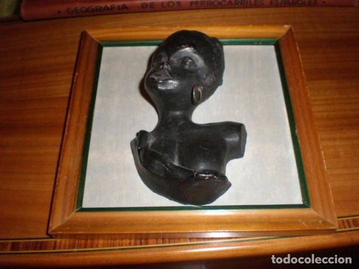 BUSTO MUJER AFRICANA EN RELIEVE DE BARRO ENMARCADO MEDIDA 16,5 X 16,5 CM. FIGURA 12 X 7 CM. (Vintage - Decoración - Varios)