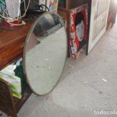 Vintage: ESPEJO GRANDE OVALADO MARCO DORADO CON DIBUJO MEDIDA 80 X 60 CM. . Lote 169352824