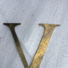 Vintage: LETRA V DE LATÓN. Lote 170104836
