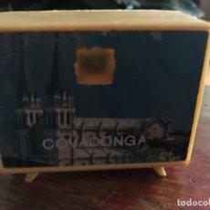 Vintage: TELEVISIÓN CON FOTOS DE COVADONGA. ANTIGUO SOUVENIR 5X6 CMS. Lote 175219468