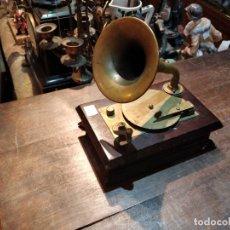 Vintage: CAJA DE MÚSICA SANKYO, PARA ELISA, IMITA GRAMÓFONO EN MADERA Y BRONCE - 18.5 X 12.2 X 19CM. Lote 176736122