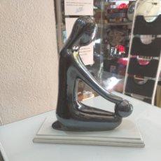 Vintage: ESCULTURA A IDENTIFICAR PUEDE SER PORCELANA CON BASE DE MADERA. Lote 176808345