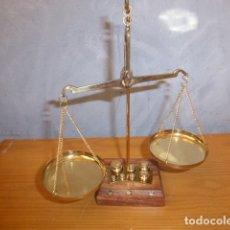 Vintage: BALANZA DE MADERA Y LATON CON PESAS . Lote 178265496