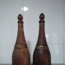 Vintage: 2 BOTELLAS DECORATIVAS DE MADERA SIGLO XX. Lote 178353157