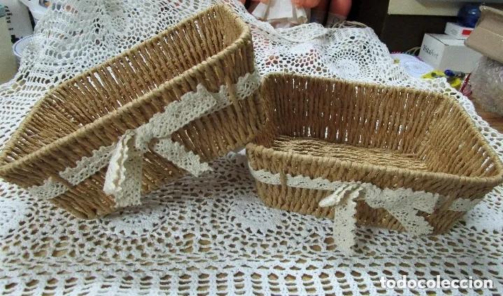 adornos para cestas de mimbre DOS PRECIOSAS CESTAS CESTOS DE MIMBRE CON ADORNO DE ENCAJE VINTAGE