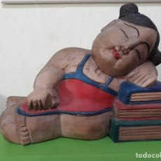 Vintage: ANTIGUA FIGURA NIÑA ESTUDIANTE DORMIDA SOBRE LIBROS- TALLA DE MADERA CHINA. Lote 180274876