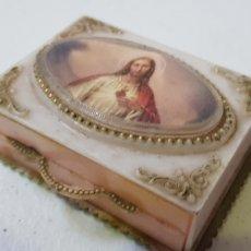 Vintage: PEQUEÑA CAJA RELIGIOSA - PLASTICO - MOTIVO RELIGIOSO - CAR30. Lote 182123017