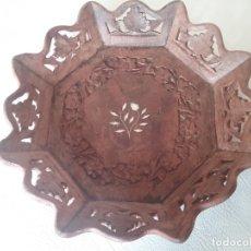 Vintage: BONITA BANDEJA DE MADERA TALLADA. Lote 182632441