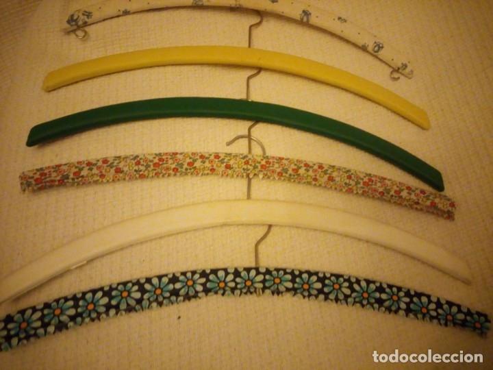 Vintage: Lote de 6 perchas de madera forradas con pvc.años 50/60 - Foto 3 - 183036487