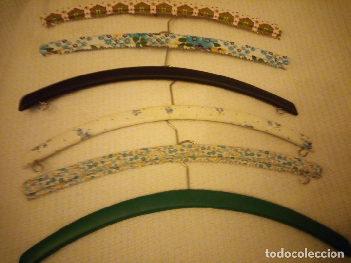 Vintage: Lote de 6 perchas de madera forradas con pvc.años 50/60 - Foto 3 - 183036588