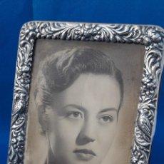 Vintage: PORTAFOTOS PLATA DE LEY REPUJADA. (BARCELONA, 1954). Lote 185916508