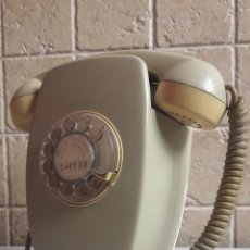 Vintage: TELÉFONO DE PARED MODELO HERALDO AÑOS 70. NÚMEROS DORADOS.. Lote 187125556