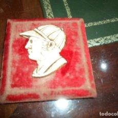 Vintage: CUADRITO ANTIGUO MARCO DE MADERA TERCIOPELO ROJO CON CARA JINETE EN CELULOIDE 10 X 10 - FIGURA 6 X 5. Lote 191828986