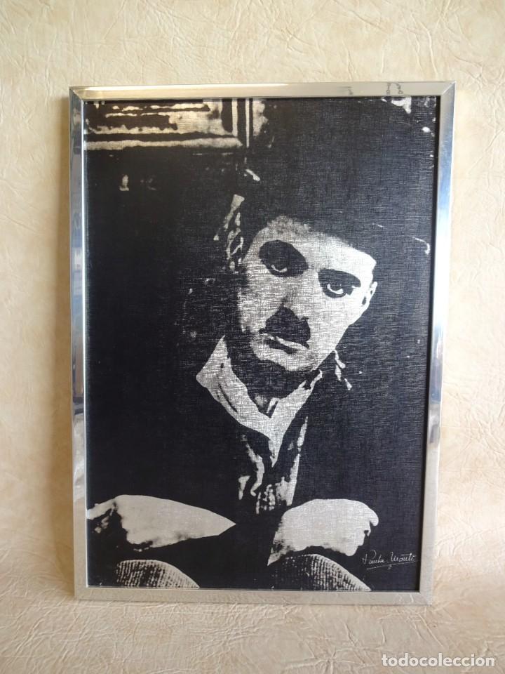 CUADRO CON LAMINA DE CHARLES CHAPLIN POR PAULA MONTI 50 CM X 36 CM (Vintage - Decoración - Varios)
