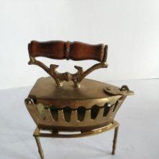 Vintage: PLANCHA DE CARBÓN DECORATIVA BRONCE. Lote 194947745
