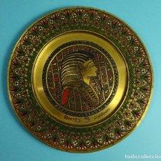 Vintage: PLATO DE LATÓN CINCELADO DECORACIÓN ESMALTADA MOTIVO EGIPTO FARAÓNICO. EGYPTAIR. AÑOS 70 - 80. Lote 199337823