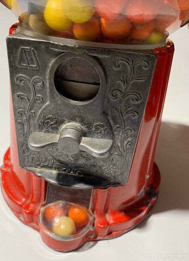Vintage: antigua maquina expendedora pequeña de caramelos o chicles años 70-80 de metal y cristal - Foto 2 - 40862190