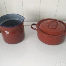Vintage: LOTE DE JARRA CUECE LECHE Y CAZUELA CON TAPA METÁLICAS ESMALTADAS. AÑOS 60. Lote 202807757