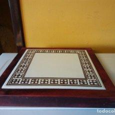Vintage: HERMOSO SOPORTE EN MADERA Y LUCENA. MEDIDAS 23*24*2 CM. Lote 204670486