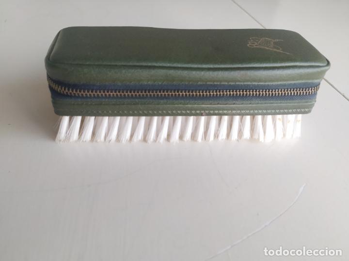 Vintage: Costurero de viaje con cepillo de la ropa. Años 60. Nuevo - Foto 2 - 206465917