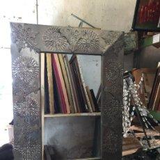 Vintage: ESPEJO HOJALATA CALADA FLORES ESQUINAS RECORTADA QUIZAS MEXICO AÑOS 60 70 70X50CMS. Lote 207685946