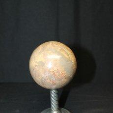 Vintage: ESFERA DE PIEDRA DURA PULIDA CON BASE DE METAL. Lote 210352745