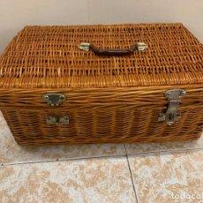 Vintage: ANTIGUA MALETA, O CESTA DE MIMBRE, IDEAL PARA COCHE CLASICO, PICNIC, ATREZZO... MIDE APROX 51X34X20. Lote 212632767