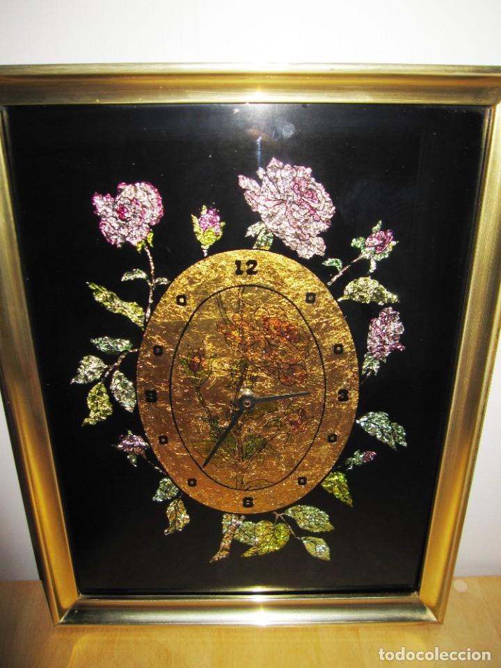 CUADRO RELOJ VINTAGE KITSCH ARTESANAL FLORAL BRILLOS DORADO (Vintage - Decoración - Varios)