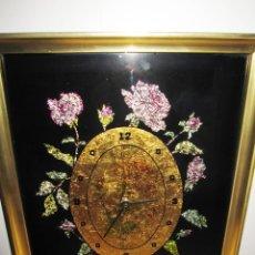 Vintage: CUADRO RELOJ VINTAGE KITSCH ARTESANAL FLORAL BRILLOS DORADO. Lote 214943950