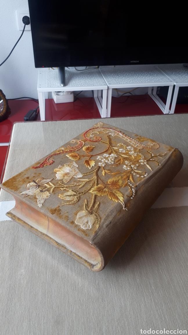 Vintage: Antiguo joyero forma libro con tapadera bordada a mano años 60 - Foto 2 - 221908528