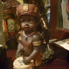 Vintage: PRECIOSA FIGURA NIÑO AFRICANO TAMBOR OJOS CRISTAL IDEAL DECORACIÓN. Lote 227252085