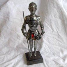 Vintage: FIGURA DE SOLDADO MEDIEVAL CON ARMADURA. Lote 230233555