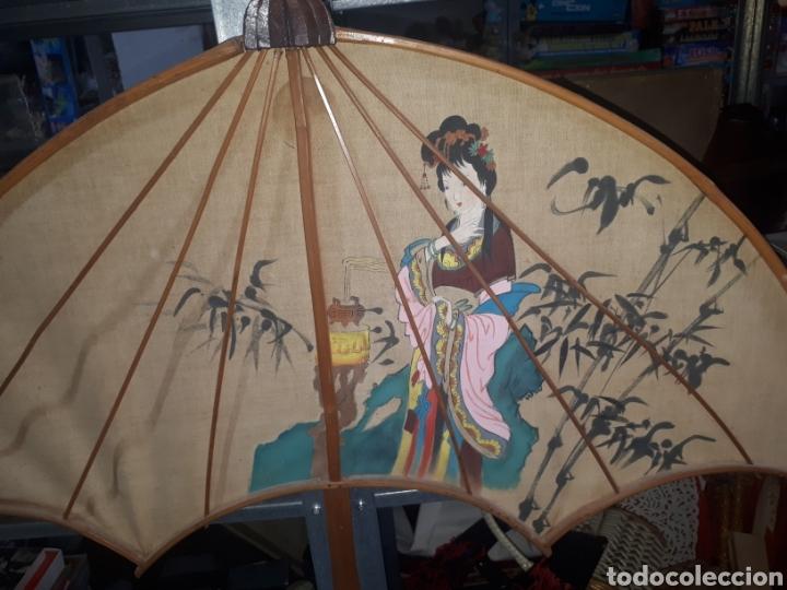 Vintage: Curioso paraguas abanico pared decorativo pintado a mano gheisa china años 50 - Foto 2 - 231982695