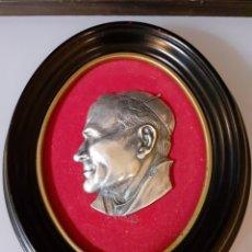 Vintage: RETRATO PAPA WOJTYLA JUAN PABLO SEGUNDO EFIGIE ( LATON MUY DETALLADO) CALIDAD REGALO LLAVERO MOVIBLE. Lote 236009590