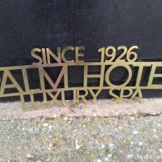 Vintage: CÁRTEL BRONCE LATÓN PARA COLGAR PALM HOTEL SINCE 1926 LUXURI SPA MEDIDA 75 X 26 CM.. Lote 236418990