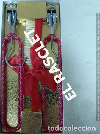 Vintage: DOS PERCHAS PLEGABLES EN METAL FORRADO CON TELA Y CEPILLO - Foto 2 - 236598415