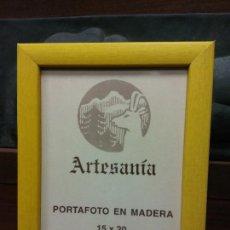 Vintage: PORTAFOTO EN MADERA. ARTESANÍA. FOTO 15*20 CM. AMARILLO.. Lote 238856575